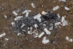 Paquetes de ampolla de la basura dejados de laboratorio rodante del meth - Rinasek y Apselan es medicina farmac?utica de la droga fotos de archivo
