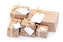 Paquetes de Brown con la escritura de la etiqueta en blanco Foto de archivo
