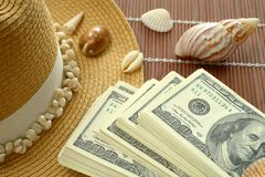 Paquetes de 100 cáscaras del sombrero de paja de los billetes de banco del dólar de EE. UU. Imagen de archivo
