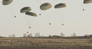 Paquetes de cargo de caída del avión de transporte C-130 metrajes