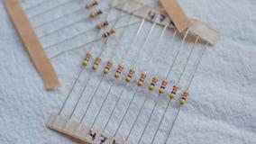 Paquetes de componentes eléctricos del resistor contra un fondo blanco foto de archivo libre de regalías