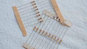 Paquetes de componentes el?ctricos del resistor contra un fondo blanco imágenes de archivo libres de regalías