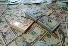 Paquetes de dólares del euro del dinero imagen de archivo libre de regalías
