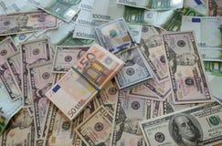 Paquetes de dólares euro del dinero en la tabla fotografía de archivo libre de regalías