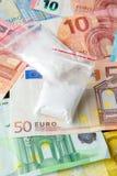 Paquetes de drogas contra la perspectiva del euro imagenes de archivo