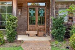 Paquetes de env?o en el p?rche de entrada de la casa, delante de la puerta foto de archivo