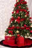 Paquetes de la Navidad debajo del árbol Imagen de archivo