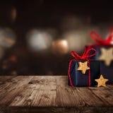 Paquetes de la Navidad en una tabla de madera Imágenes de archivo libres de regalías
