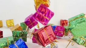 Paquetes de la Navidad que caen en la cámara lenta almacen de video