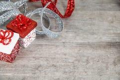 Paquetes de la Navidad roja y blanca con la cinta reluciente imágenes de archivo libres de regalías