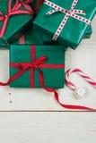 Paquetes de la Navidad y arcos verdes del rojo Imagen de archivo