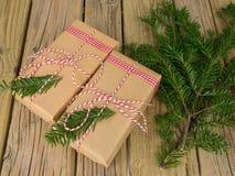 Paquetes de la secuencia y del papel marrón adornados con la conífera Fotografía de archivo libre de regalías