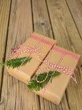 Paquetes de la secuencia y del papel marrón adornados con la conífera y el control Imagen de archivo libre de regalías