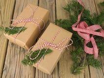 Paquetes de la secuencia y del papel marrón con la decoración y el control de la conífera Imagen de archivo libre de regalías