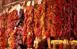 Paquetes de pimientas en el mercado Foto de archivo libre de regalías