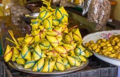 Paquetes del arroz de Ketupat envueltos en hojas de palma imágenes de archivo libres de regalías