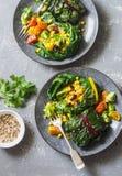 Paquetes del cardo suizo Hojas del cardo rellenas con las lentejas y las verduras de la cúrcuma Concepto sano vegetariano de la c foto de archivo libre de regalías