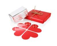 Paquetes del día de fiesta con los corazones de papel Imágenes de archivo libres de regalías