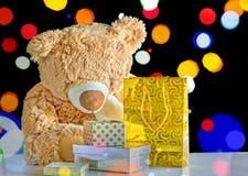 Paquetes del oso y del día de fiesta de peluche con los regalos Imágenes de archivo libres de regalías