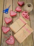 Paquetes envueltos en papel marrón y secuencia con la cinta y el scisso Foto de archivo libre de regalías