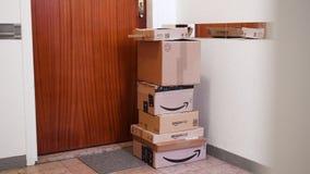 Paquetes múltiples de la cartulina del Amazon Prime cerca de la puerta del apartamento almacen de metraje de vídeo