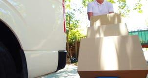 Paquetes que llevan del hombre de entrega almacen de video