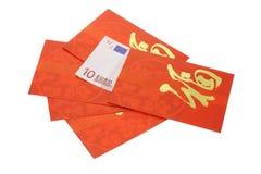 Paquetes rojos chinos del Año Nuevo y dinero en circulación euro no Fotos de archivo