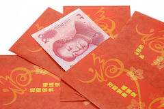 Paquetes rojos chinos y Renminbi del Año Nuevo imágenes de archivo libres de regalías