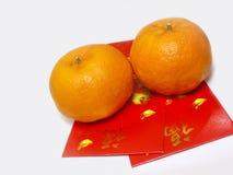 Paquetes rojos con las mandarinas imagen de archivo libre de regalías
