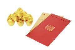 Paquetes rojos lunares chinos del Año Nuevo y lingotes del oro Fotos de archivo libres de regalías