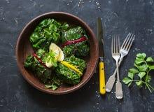 Paquetes vegetarianos del cardo suizo Hojas del cardo rellenas con las lentejas y las verduras de la cúrcuma Alimento sano vegeta imagenes de archivo