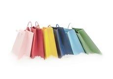 Paquets colorés de cadeau se tenant dans la neige Image stock