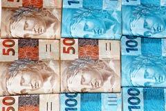Paquets d'argent avec 50 et 100 notes Photos stock