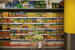 Paquets de jus sur le support de supermarché Image stock