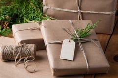 Paquets de papier de Brown enveloppés avec de la ficelle Photos stock
