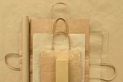 Paquets de papier sur le fond brun Copiez l'espace Vue supérieure Eco et concept de sauvegarde de la terre photo libre de droits