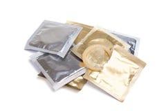 Paquets de préservatif sur un fond blanc Images stock