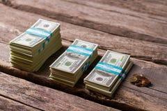 Paquets et pièces de monnaie du dollar Images libres de droits