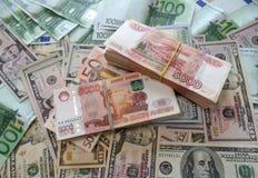 Paquets million de roubles russes avec les dollars et l'euro photographie stock