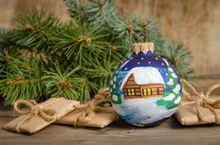 paquets peints de boule et de cadeau de Noël Photos libres de droits