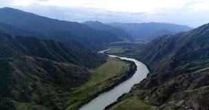 Paquistán: Curva pintoresca del río de la montaña imagen de archivo