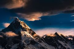Paquistão Karakoram K2 que trekking o por do sol do Mt Masherbrum fotos de stock royalty free