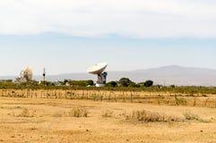Parábolas dobles en un centro de telecomunicaciones en la grieta Valle Imagenes de archivo