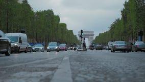 PARÍS, FRANCIA - 8 DE AGOSTO DE 2018: Cámara lenta, Champs-Elysees, el tráfico de ciudad diurno de los city's Contra el arco de almacen de video