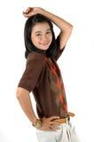 Paréntesis que desgastan de la sonrisa joven asiática del estudiante universitario Fotografía de archivo libre de regalías