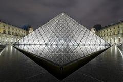 PARÍS 2010: Pirámide de la lumbrera en la noche el octubre Foto de archivo libre de regalías