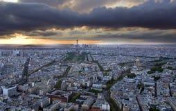 París antes de la puesta del sol imagenes de archivo