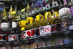 PARÍS - CIRCA MAYO DE 2011: Tazas, tazas y regalos del recuerdo Foto de archivo libre de regalías