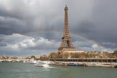 París con el arco iris - horizonte foto de archivo