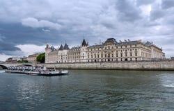París - Conciergerie y palacio de la justicia Foto de archivo libre de regalías